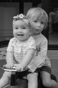 Portrait frère et soeur à domicile